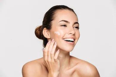 una donna contenta a seguito di una corretta idratazione della pelle